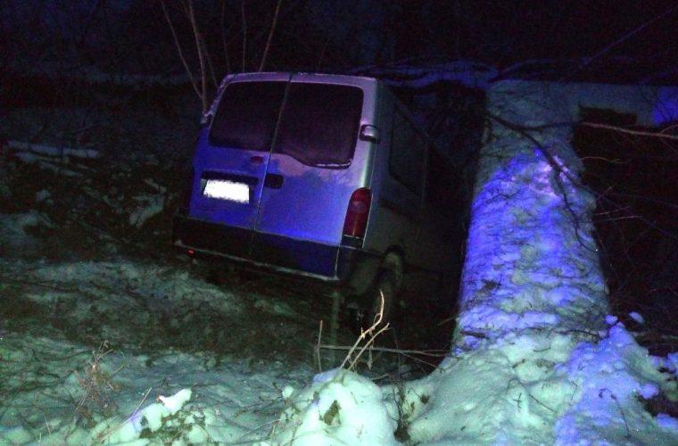 У Чуднівському районі автомобіль, який втрапив у кювет, витягали рятувальники