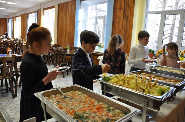 Без цукру та шкідливих снеків: чим годуватимуть тепер дітей у школах?