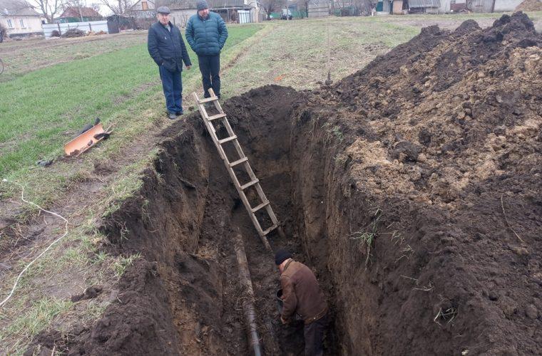 У Чуднові триває ремонт напірного колектора каналізаційної мережі