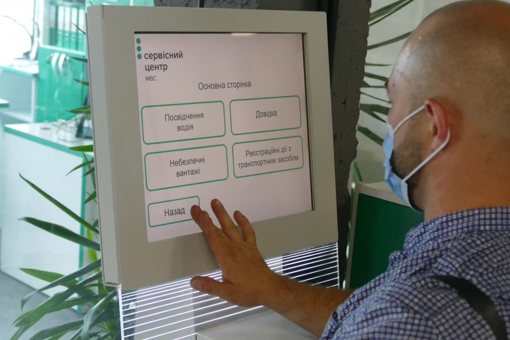 Порахувати вартість реєстрації авто й обрати «номери мрії»: нові онлайн-можливості сервісних центрів МВС