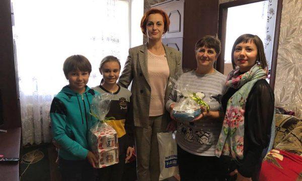 Родинам на Чуднівщині, які виховують прийомних дітей, вручили подарунки від мецената Ігоря Ходака